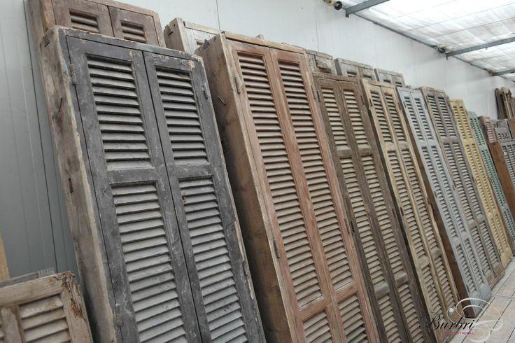 Oude kozijnen met louvre deuren - Oude luiken - Oude bouwmaterialen - Burbri