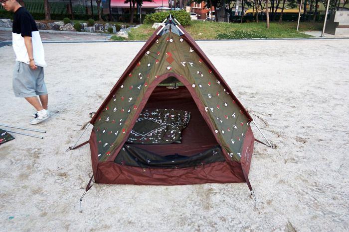 텐트의 입구 쪽 문입니다.  입구 쪽 문이라고 구분 짓는 이유는  양쪽 문의 크기가 다르게 되어있습니다. 더 큰 쪽을 입구, 작은 쪽을 창문이라고 생각하면 될 것 같습니다.
