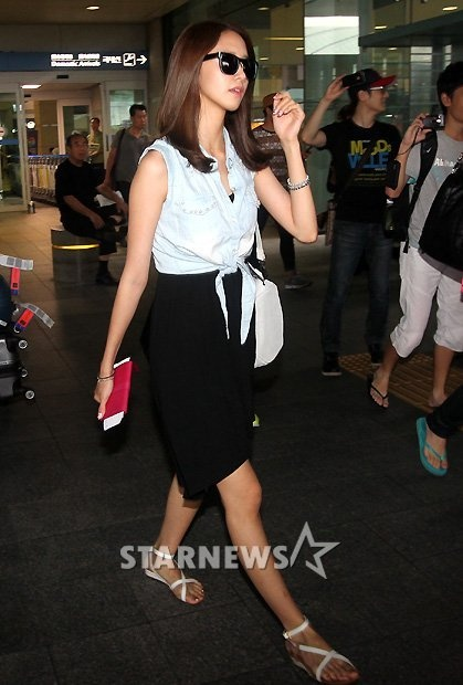 YoonA's two-sided airport fashion.. love her faded denim vest and dress