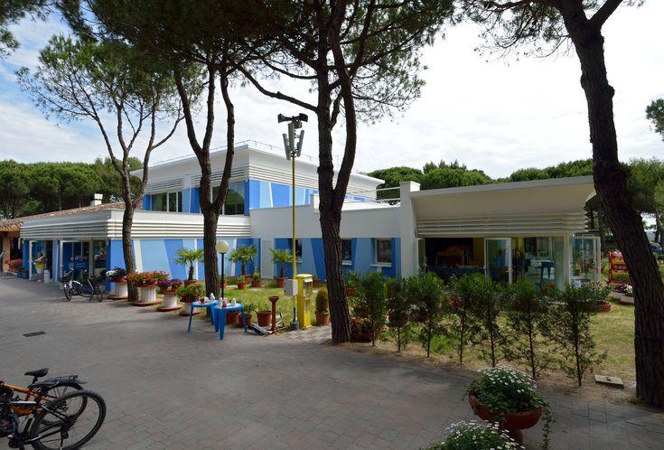 Cavallino Treporti (VE) - Camping Baia Village: vista ingresso nuovo Supermarket e nuova Sala Giochi per bambini