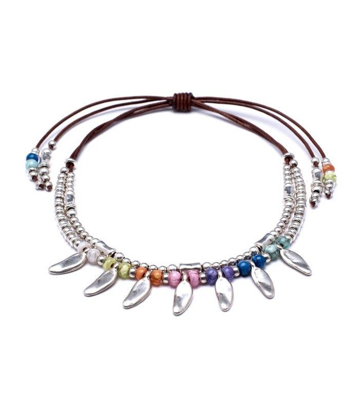 Collar de cuero con entrepiezas de Zamak bañada en plata y resinas de colores.