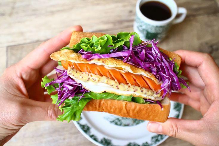 おはようございます。 本日のラクうま♪朝のサンドイッチ&トーストは、面倒な工程はせず、具をのせて、パタンと折り込んで食べられるお手軽「折るだけ!サンド」を紹介します。 カリッと焼いたトーストに具をのせた、見た目がかわいい …