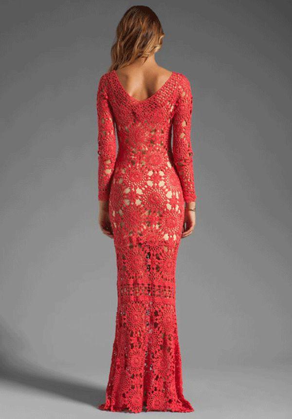 vestido longo de croche vermelho com fundo nude