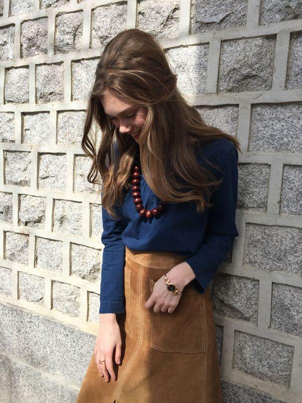 Le Magazine Glamour Vous Propose Un Look Chic Jean Avec Cette Jupe En Daim Marks Spencer Ce Top A P C Et L Une De Nos Créations Collier Césarée