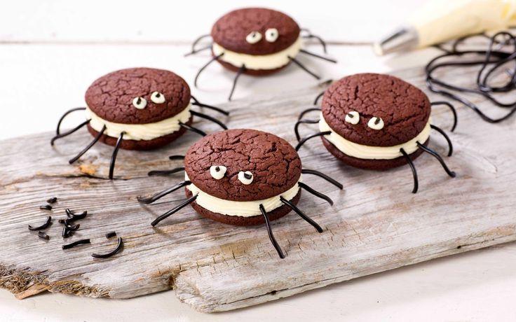 Cookies med ostekrem, formet som skumle edderkopper er morsomme og dekorative kjeks-sandwicher. Perfekt til Halloween.