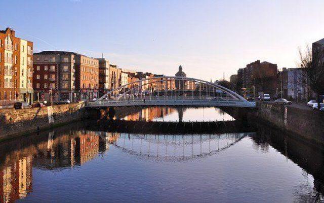 Consigli di viaggi: 5 cose da non perdere a Dublino Oggi ti portiamo a Dublino, la capitale della Repubblica d'Irlanda.   È la meta perfetta per chi intende frequentare un corso di lingua inglese dato che è una città abbastanza economica, ben organ #dublino #estero #viaggi #irlanda
