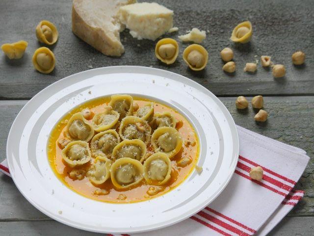 TORTELLI AL CASTELMAGNO CON NOCCIOLE E CREMA DI ZUCCA 1/5 - Il Natale di Fileni è ricco di sapori e tradizioni: gli immancabili tortelli della Vigilia quest'anno sono di zucca e si accompagnano  con una splendida salsa di nocciole e Castelmagno, uno dei formaggi più straordinari d'Italia. Portate in tavola una vera e propria meraviglia gastronomica e quest'anno il Natale sarà ancora più gustoso!