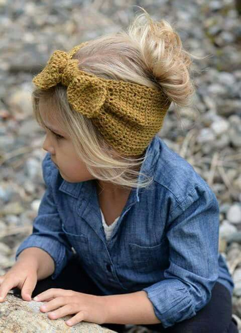 Banda para el cabello tejida a ganchillo.