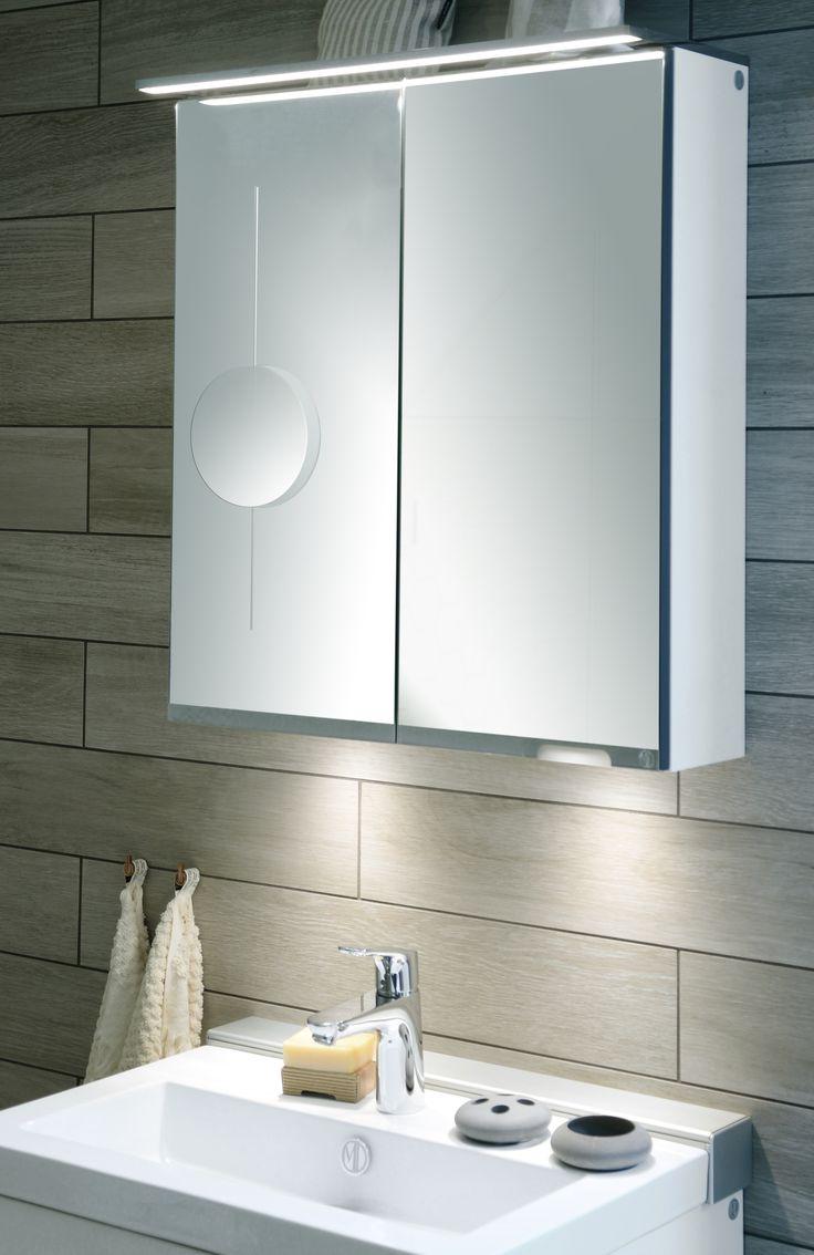Lagan spegelskåp med sminkspegel är det perfekta spegelskåpet. Den höj- och sänkbara förstoringsspegeln är perfekt när du behöver se extra bra! Spegelskåpet är både snyggt, praktiskt och har smarta funktioner som en avdelad sektion för enklare förvaring av högre produkter som eltandborstar eller hårspray. Ett eluttag i skåpet förenklar användningen av både hårfön och plattång.