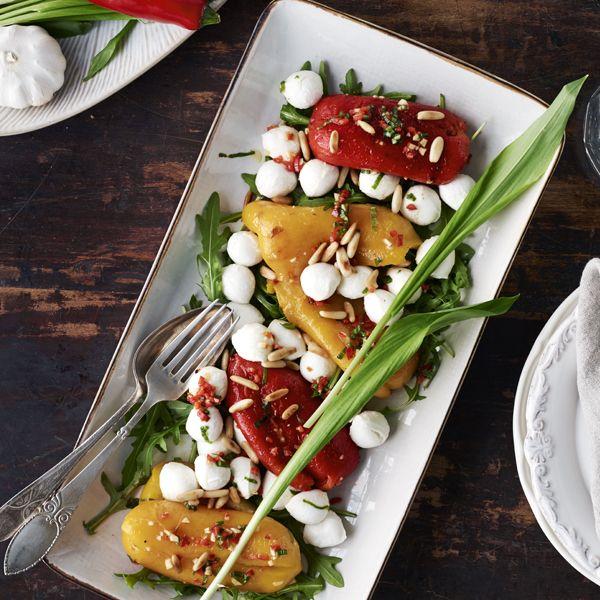 Insalata caprese med grillede peberfrugter, pinjekerner og ramsløgsdressing