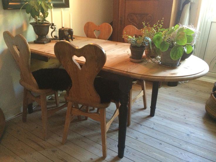 Så fik mit spisebord et nyt og flot look. Bordpladen har fået en ludbehandling og benene har fået et mørkegrå look. Næste projekt er at male hjerte-stolene mørkegrå..