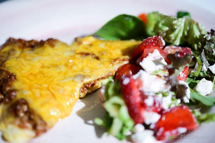 Hej hej  Blev samma till lunch i dag, omelett med sallad med getost och jordgubbar/smultron. Mums! Köttfärsomelett med ost ca 4 port 6 ägg 1/2 dl vispgrädde salt & peppar sm…