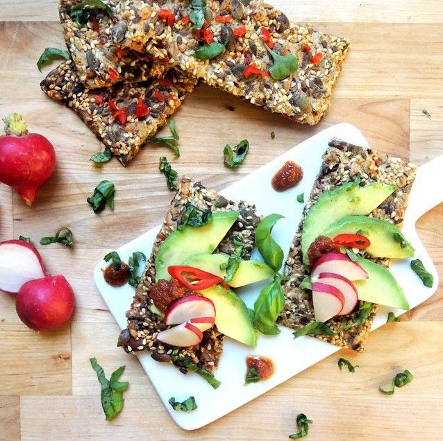 knekkebrød med chili, avocado og reddik på fjøl