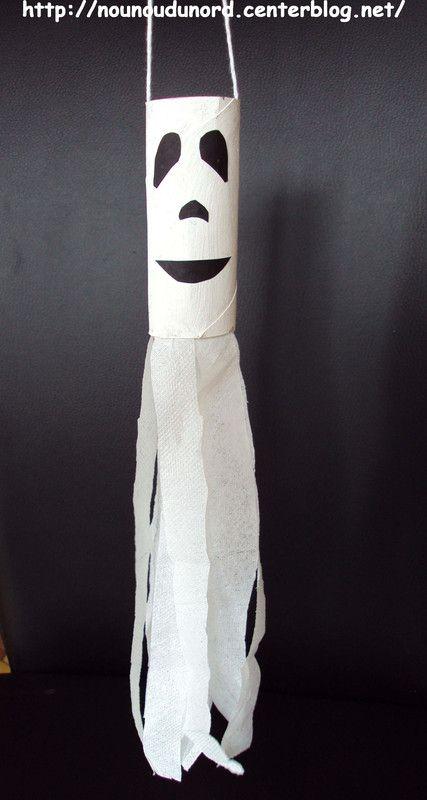 Mobile fantôme réalisé avec un rouleau de papier wc et des feuilles de mouchoir en papier, explications sur mon blog http://nounoudunord.centerblog.net/877-mobile-fantome