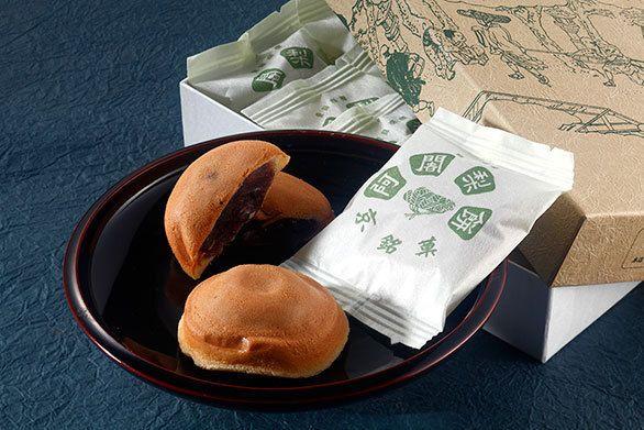京都お土産ランキング、第2位に輝いたのは、もはや八ッ橋を超えた京都土産の定番中の定番!「満月」の阿闍梨餅でした。