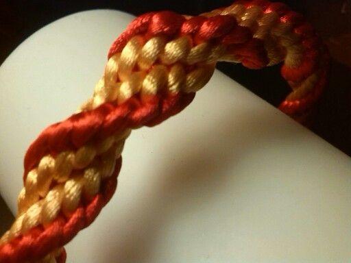 Detalle de trenzado kumihimo en espiral