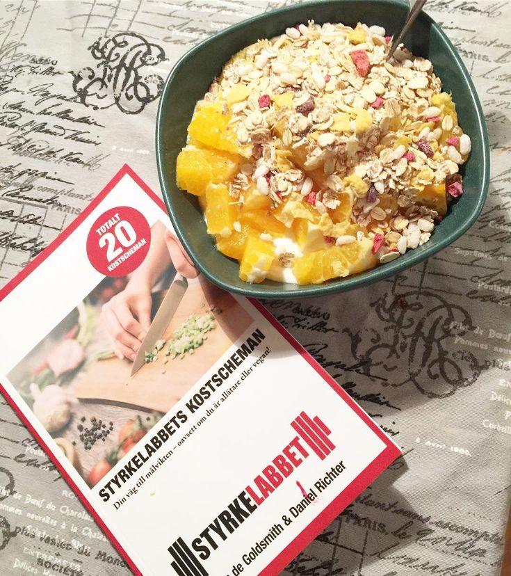 Testar på @styrkelabbet nya kostschema 😀 En mycket inspirerad bok med bra kost 👍 Kan varmt rekomendera den 👍 #frukost #breakfast #frukostmys #frukosttips #food #gott #foodporn #foodie #sockerfritt #kaffe #hälsa #helgfrukost #healthyfood #healthy #goodmorning #cleaneating #vego #tasty #swedishbrekkie #swedish #sweden #recept Reposted Via @mariajonsson87