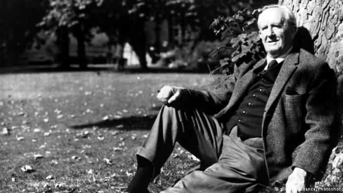 Non ci sono molti autori che hanno avuto una vita letteraria particolare come quella del padre del fantasy moderno: J.R.R. Tolkien. Ce lo racconta Cristina.