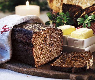 Med det här receptet på snabba vörtbrödet bakar du ett saftigt och mycket smakrikt bröd som inte behöver jäsa. Yoghurt, lingon och öl ger brödet en härlig, djup smak och även sötma.