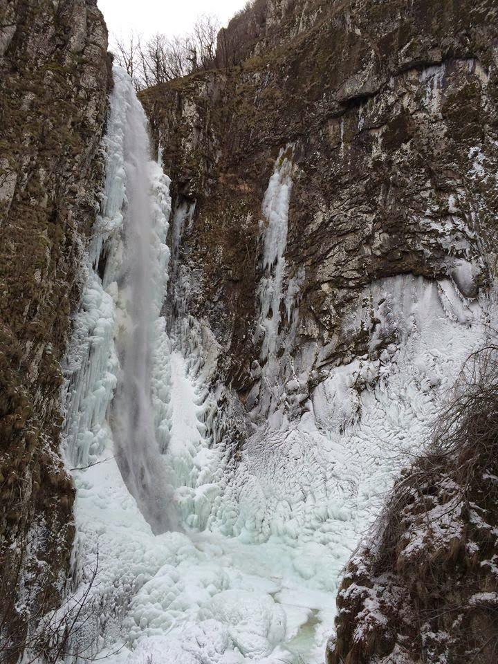 Frozen Levaditis waterfall, Xanthi, Greece_Ο Καταρράκτης Τραχωνίου Διποτάμων ή Λειβαδίτης, (Ξάνθη), ο μεγαλύτερος των Βαλκανίων, έχει μετατραπεί σε ένα γλυπτό από πάγο. Έχει ύψος όσο δύο εξαώροφες πολυκατοικίες η μία πάνω στην άλλη_Ενα έργο τέχνης από τις χαμηλές θερμοκρασίες [εικόνες & βίντεο] | iefimerida.gr