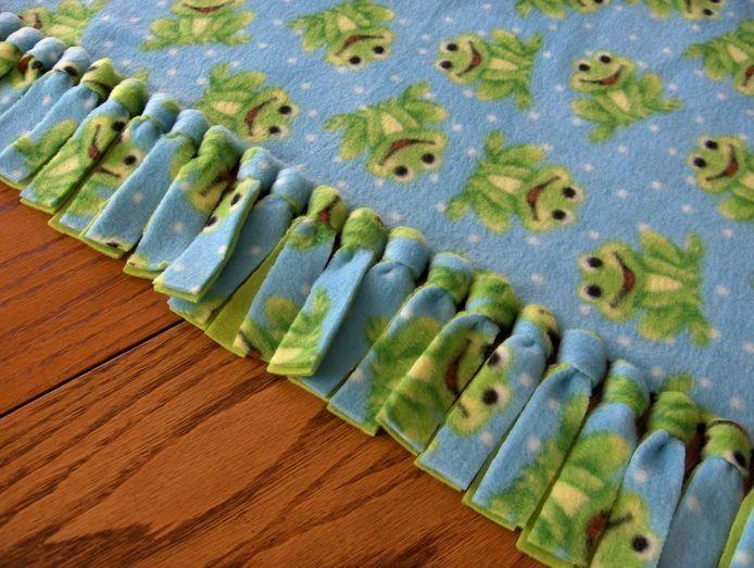 Для создания этого уютного одеяла совсем не нужны нитки - только ножницы и 2 тонких флисовых пледа. Размер одеяла может быть любым. Сложите два одинаковых прямоугольника ткани вместе, совместив края. …