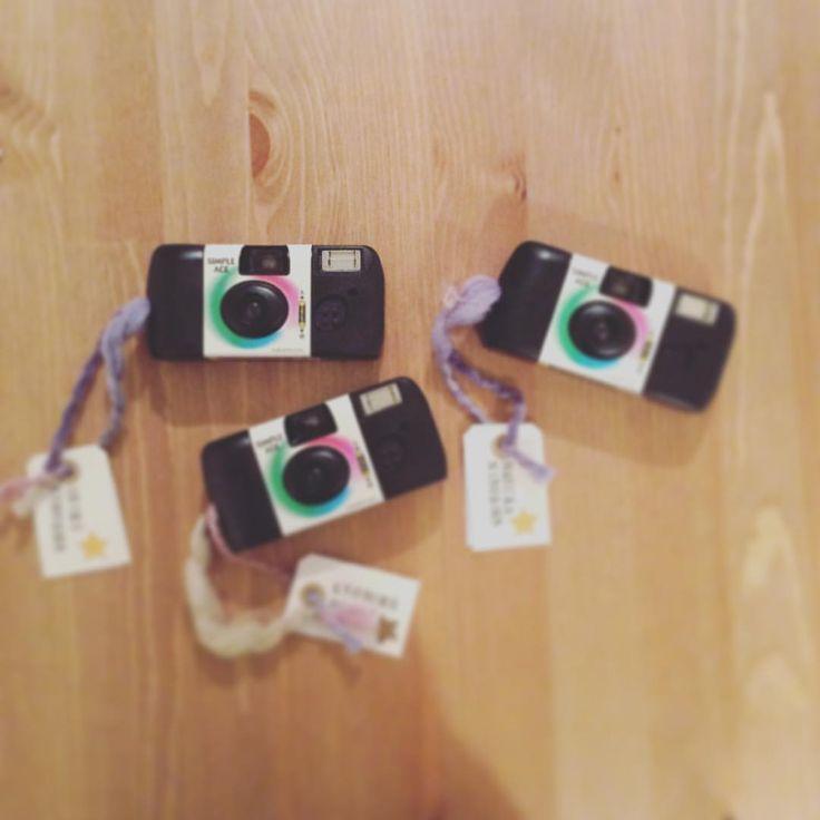 お子様ゲストにインスタントカメラで子供カメラマンお願いする予定です ちょっとでもたのしんでもらえたらいいな ふにゃふにゃの毛糸に名札付けました ほんとはクラフト紙で全面覆いたかったんですが裏に使い方書いてあるしと思ってそのまま、、うぅ  #子供カメラマン #インスタントカメラ #使い捨てカメラ #荷札 #プレ花嫁 #結婚式 #結婚式diy #ナチュラルウェディング