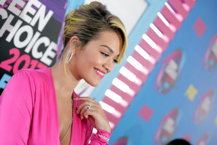 Рита Ора с желтыми волосами, женственная Пэрис Джексон и другие на премии Teen Choice Awards По красной дорожке прошли как признанные звезды, так и молодые, но уже отмеченные вниманием публики.