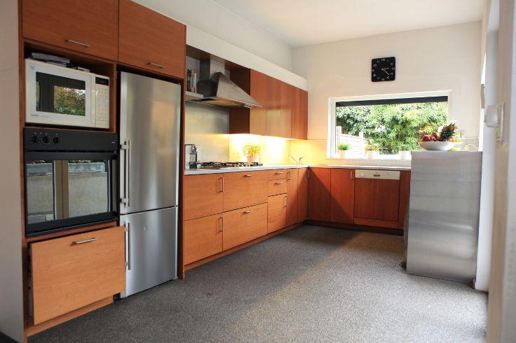 Te koop - Huis 4 slaapkamer(s)  - bewoonbare oppervlakte: 178 m2  - Ruim, gezellig en praktisch huis met veel lichtinval. Gelijkvloers: Bureel, inkomhal met vestiaire en gastentoilet, volledig geïnstalleerde open keu  - bouwjaar: 1948-01-01 00:00:00.0 - dubbel glas 2 bad(en) -  1 douche(s) -  2 gevel(s) -  2 toilet(ten) -  - oppervlakte kelder: 85 m2 - oppervlakte keuken: 18 m2 - oppervlakte living: 45 m2 - oppervlakte terras: 18 m2