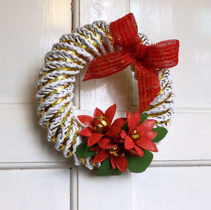 Dekorační věnec Sváteční dekorační věnec vyrobený z papírového pedigu, dozdobený červenou mašlí, zlatými stužkamia květy v podobě vánoční růže. Na vašich dveřích se bude krásně vyjímat. Doporučuji zavěsit někam, kde neprší. Průměr věnečku je 26 cm.