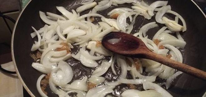 Houbový koláč. - Cibulku smažíme pěkně do sklovata.......... http://www.ctidoma.cz/zpravodajstvi/2016-06-20-houby-nejlepsi-houbovy-recept-je-tad