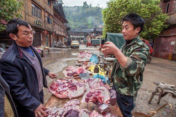 ZestienNederlandse honden zijn vanmorgen aangekomen in China. De honden werden door de Nederlandse overheid geruild tegen twee zeldzame panda's. De geslaagde deal wordt vanavond gevierd met een officieel diner, waarbij ook de Nederlandse ambassadeur aanwezig zal zijn. Het hoort bij de Chinese traditie om dieren te ruilen en daarmee de vriendschappelijke handelsbetrekkingen met het buitenland te onderstrepen. Nederland kreeg van [...]