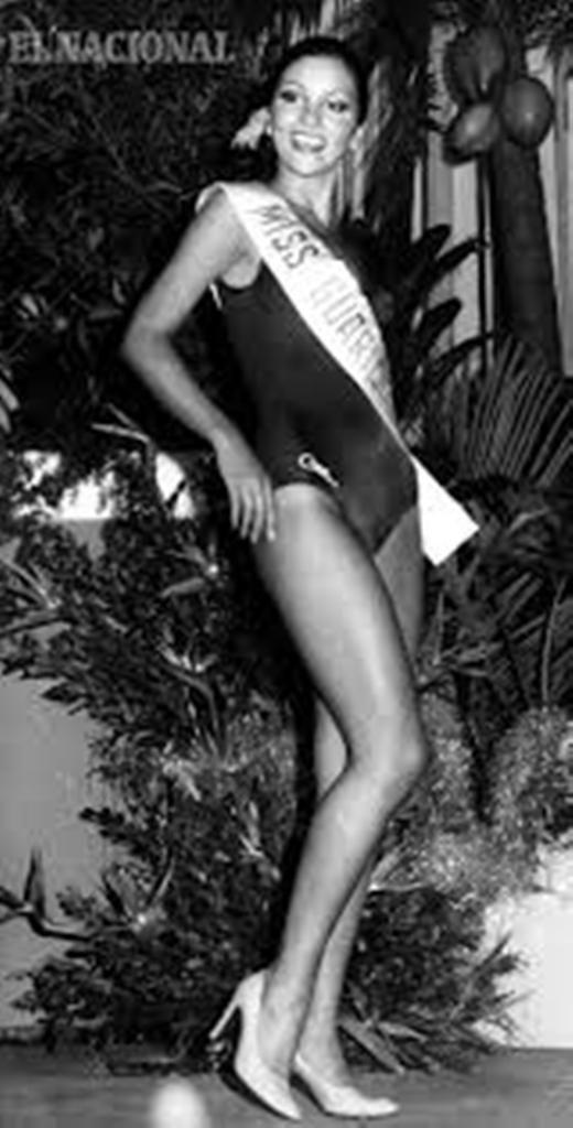 Elluz Peraza en su Desfile en Traje de Baño llevando la Banda de Miss Guarico,en el Miss Venezuela 1976.. En Fotografia para el Nacional..