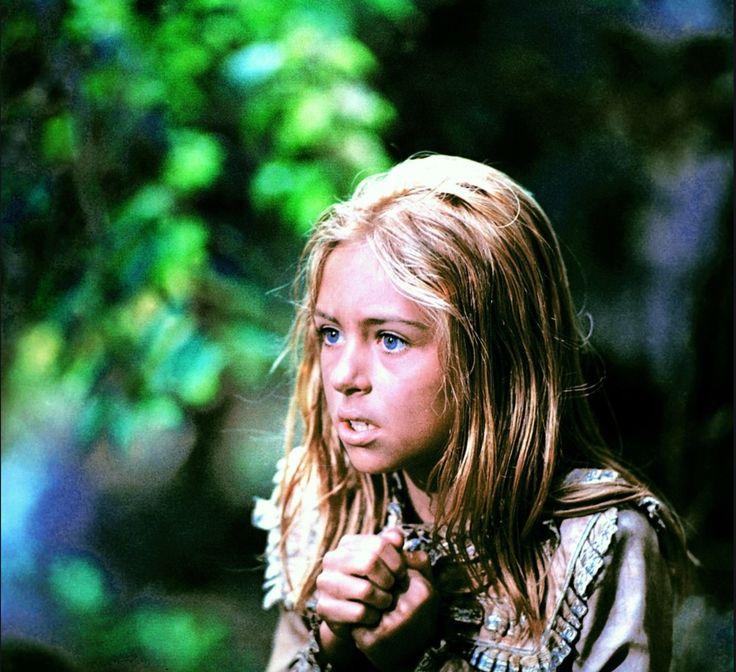 """Burza blond włosów, piękne duże oczy i charakterystyczny piskliwy głos. Kiedy w październiku 1973 roku na ekranach polskich kin zadebiutował wyczekiwany """"W pustyni i w puszczy"""", ta, wówczas filigranowa,"""