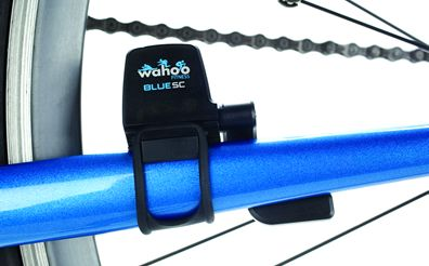 Sensore SC 2 Bluetooth da bici di Wahoo Facile da installare  Blue SC è veramente durevole, affidabile e facile da installare. Il sensore viene attaccato ai posteriori orizzontali tramite una banda elastica o una fascetta zip (quest'ultima inclusa nella confezione).   Il sensore/magnete per il ritmo della pedalata viene fissato sulla pedivella con una banda elastica. Il pedale deve essere staccato per fare ciò, ed il perno di rotazione che misura la tua velocità ...