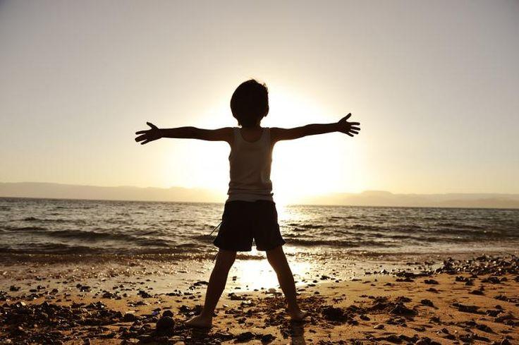Dnes má mnoho ľudí mylnú predstavu, že to čo vlastníme, nás robí šťastnými. Deti by sme mali učiť, že šťastie je niečo, čo sa skrýva jedine v našom vnútri.