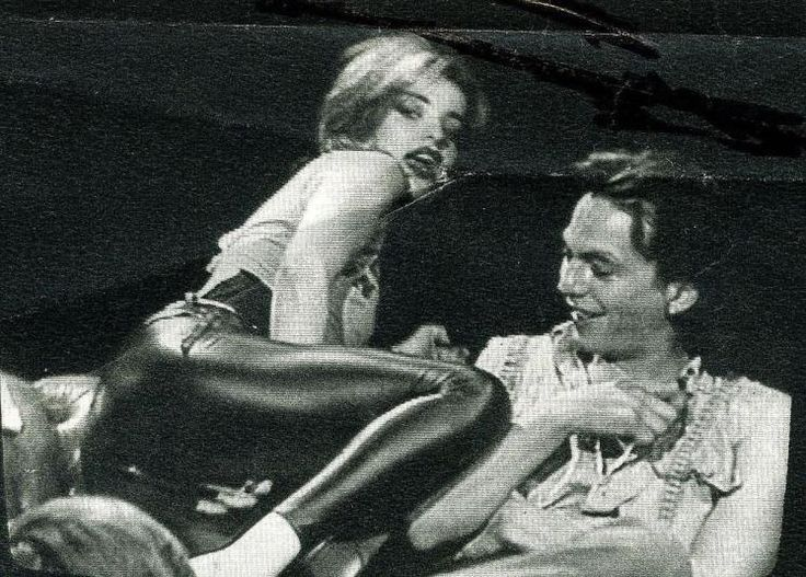 """Mit 24 lieferte sie ihren ersten Aufreger im TV: Im ORF war Hagen mit ihrem Freund, dem niederländischen Gitarristen Ferdinand Karmelk in der Diskussionssendung """"Club 2"""" zu Gast. Sie demonstrierte, bekleidet mit hautengen Leggings, wo und wie genau sich Frauen beim Verkehr mit einem Mann stimulieren könnten. Mehr dazu hier: http://www.nachrichten.at/nachrichten/kultur/Nina-Hagen-wird-60-Die-Patin-des-Punks-bleibt-sich-treu;art16,1688035 (Bild: OÖN)"""