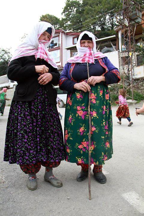Samsun'un Vezirköprü ilçesine bağlı Sarıdibek Mahallesi'nde kadınlar 600 yıldır gündelik yaşamlarında renkli kıyafet giyiyor.