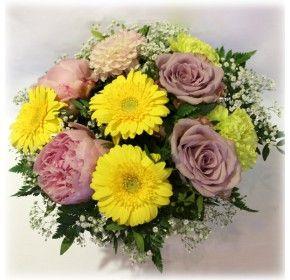 Vakker bukett med sommerlig blomster i gult med rosa peoner og roser samt innslag av hvitt brudeslør