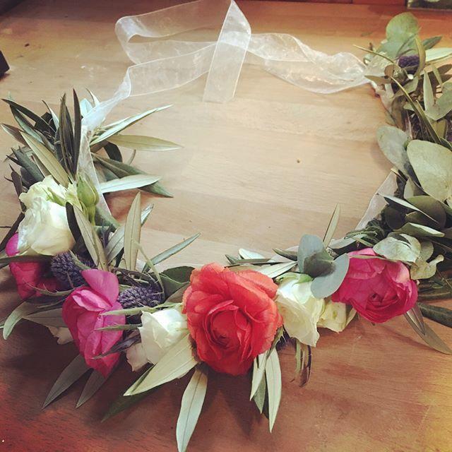 Today is Ana's day! 🤙🏻🌺🍃#wedding #weddingflowers #flowercrown #weddingsitges #bodassitges #livingwithflowerseveryday #floristeriabrisa #flowerssitges #coronadeflores #alohaflower #aloha #sitgesviu #sitgesanytime #massantocunit