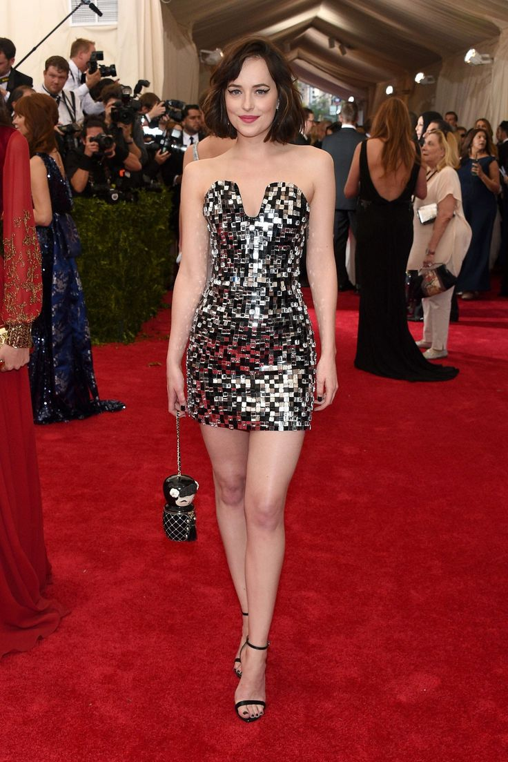 Dakota Johnson wore Chanel Haute Couture.