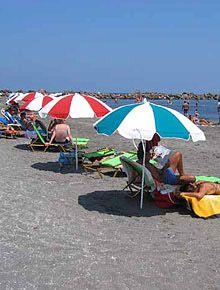 Μονόλιθος είναι ένα μεγάλο τμήμα του ήσυχη παραλία με ρηχά νερά, καθιστώντας το καλό για οικογένειες. Είναι οργανωμένη σε μέρη με beach volley, μπάσκετ, ποδόσφαιρο και μια παιδική χαρά που είναι όλα μέρος της σκηνής Μονόλιθος. Ένας ναυαγοσώστης είναι σε υπηρεσία. Θα βρείτε τα ψάρια εστιατόριο, παραδοσιακές ταβέρνες, αποδυτήρια, ντους και δημόσιες τουαλέτες.