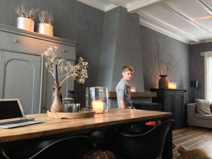 Stoer -  grijze muren! www.molitli-interieurmakers.nl - Heerlijke sfeer - houten vloer - sfeerkleuren