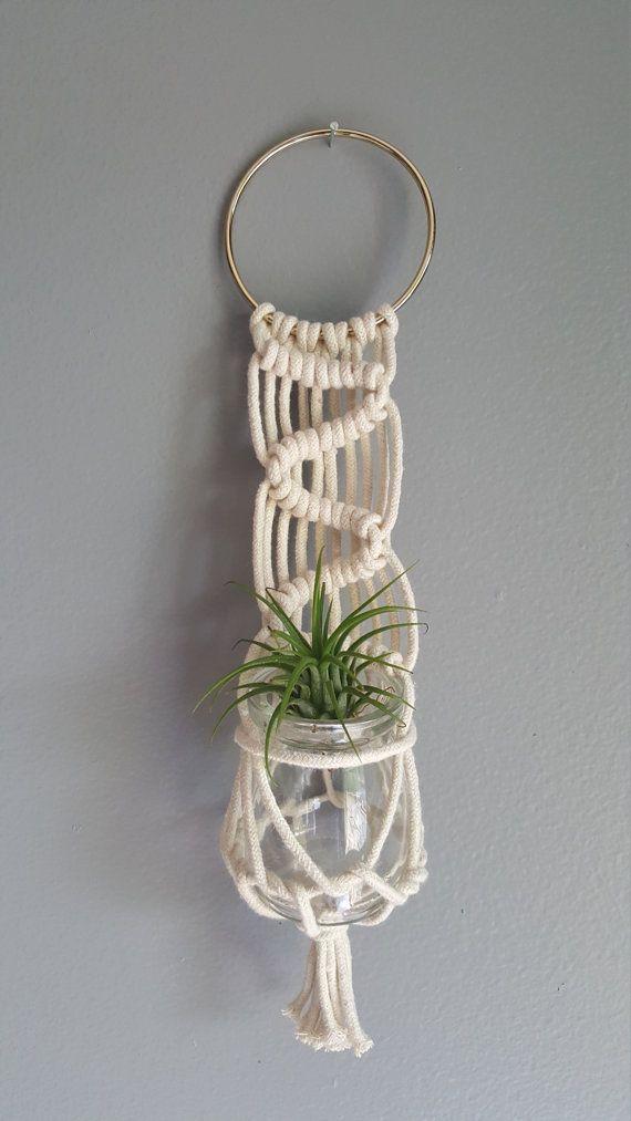Colgador de pared de Macrame, tiene una pequeña planta o flores frescas. Planta de aire no incluida. Medidas aprox. 12 pulgadas de largo con la suspensión del anillo de cobre amarillo.