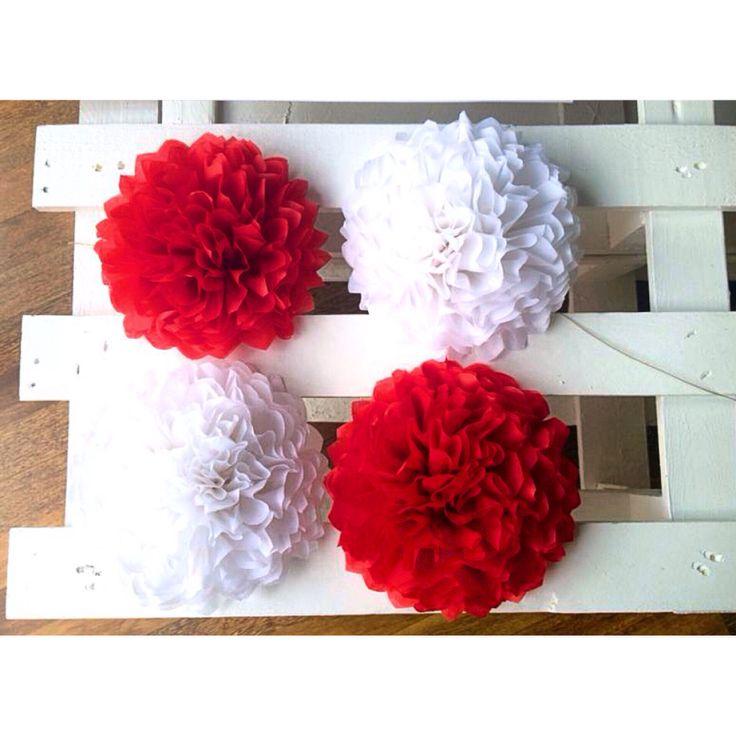 Conjunto de pompones en rojo y blanco. We Love Parties Bcn.