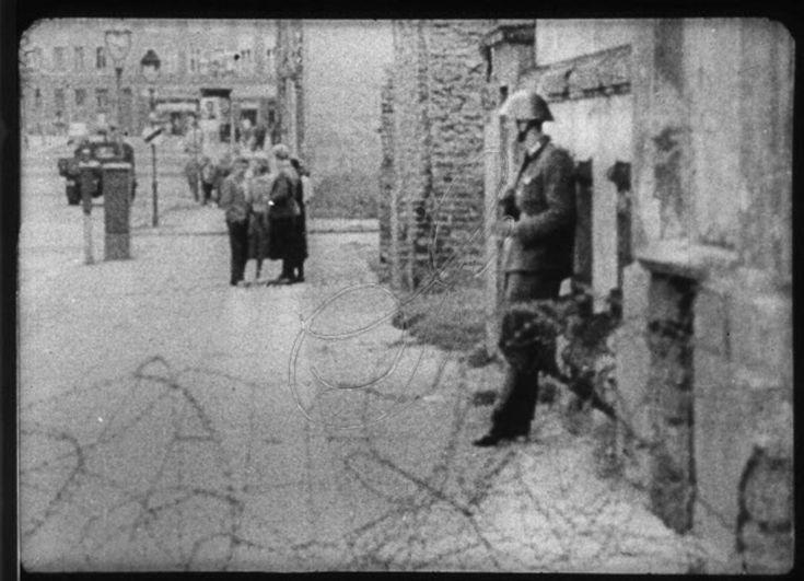 Abbiamo raccolto 10 immagini che hanno fatto la storia della fotografia. Ma vi mostriamo lo scatto fatto poco prima. Sapresti riconoscere da queste immagini la foto storica? Dopo ogni foto trovi la foto storica.