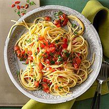 Weight Watchers Recepten - Spaghetti aglio e olio  80 g Pasta (ongevuld), ongekookt     8 teentje(s) Knoflook       4 portie(s) Pepertje, (4 pepertjes)     3 eetlepel(s) Olijfolie     400 ml Bouillon, groente, bereid       10 middelgroot/middelgrote Tomaat     6 eetlepel(s) Peterselie, (gehakt)     1 hoeveelheid (naar smaak) Zout     1 hoeveelheid (naar smaak) Peper
