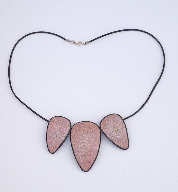 Colgante lila en arcilla polimérica, colgante triangular, imitación piedras naturales en arcilla polimérica, collar morado, Granito morado.