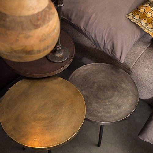 Materiaal: 6 mm aluminium blad, poten zwart gecoat ijzer Maximaal draaggewicht per tafel: 10 KG