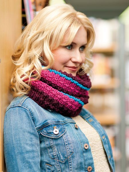 """Halb  Schal , halb Rollkragen, gestrickt, gerippt oder geringelt - den """"Loop"""" (engl. für Schlinge) zieht man sich einfach über den Kopf -"""