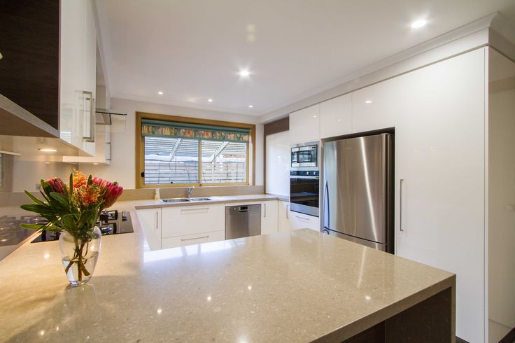 A contemporary kitchen with all the modern conveniences in a medium size space. www.thekitchendesigncentre.com.au @thekitchen_designcentre